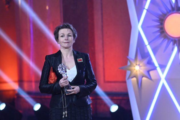 Zuzana Bambušek Krejzková preberá sošku Českého leva 2021 za ocenenie v kategórii najlepšie kostýmy filmu Krajina ve stínu.
