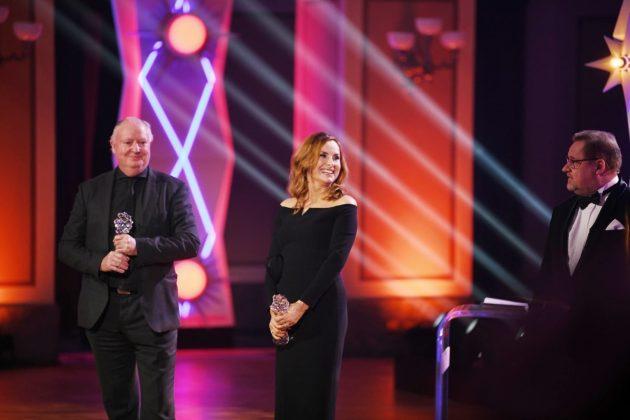 Producenti Šárka Cimbalová a Kevan Van Thompson preberajú cenu Český lev 2021 za kategóriu najlepší film.