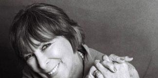 Portrét Hany Hegerovej s prekríženými rukami.