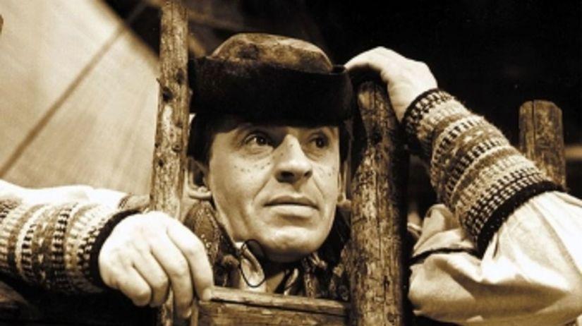 Joyef Kroner s klobúkom na hlave na rebríku vo filme Kubo.
