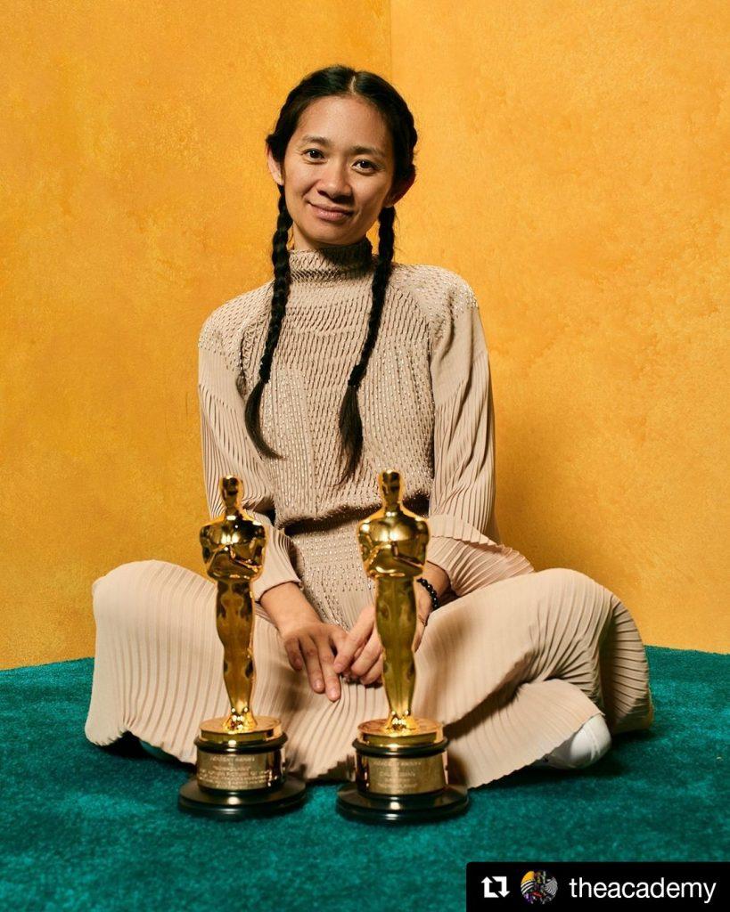 Režisérka Chloé Zhao so soškami Oscara