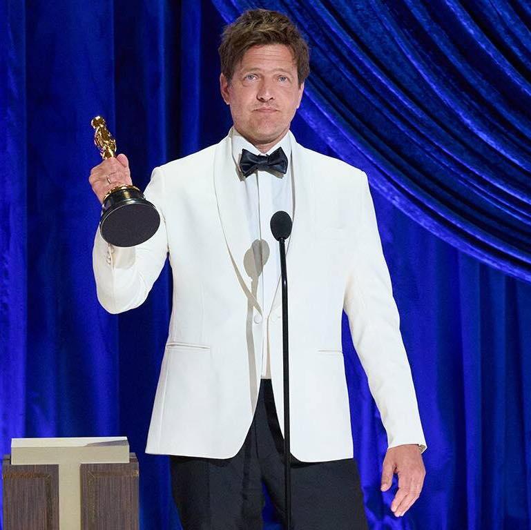 Thomas Vinterberg preberá Oscara za film Chľast